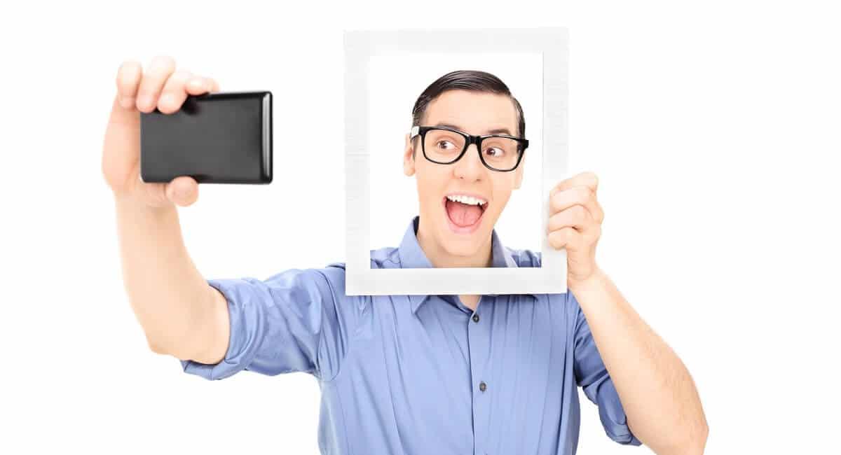 Jeune homme réalisant un selfie