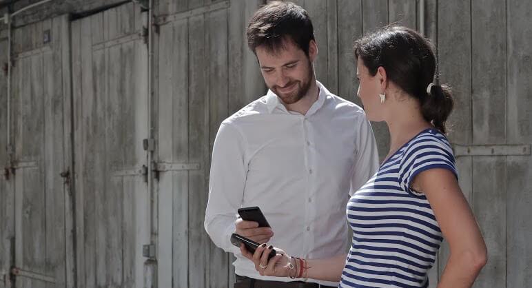 couple côte à côte avec un smartphone