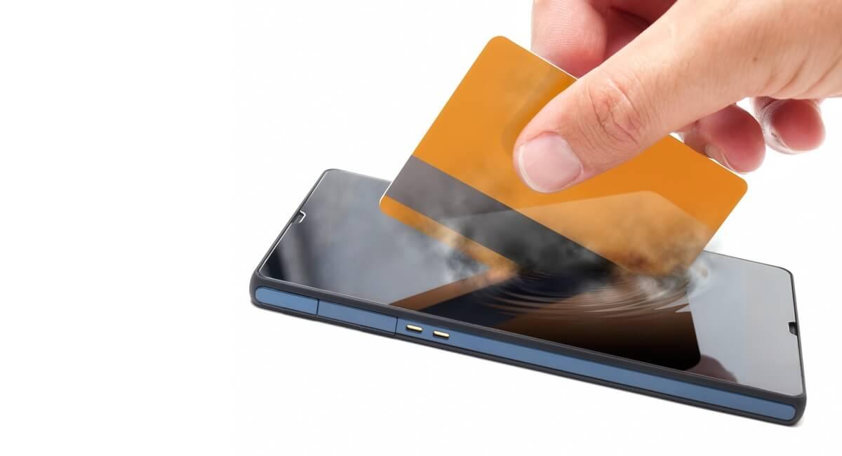 Carte bancaire et smartphone