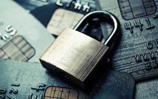 Cadenas de sécurité posée sur des cartes bancaires