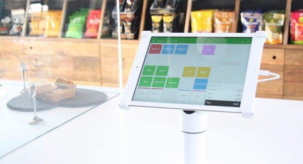 Écran d'iPad fixé sur un support affichant un logiciel de caisse