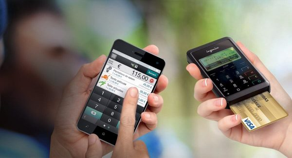 àà gauche smartphone avec application Mobo Mobile, à droite lecteur Mobo Mobile