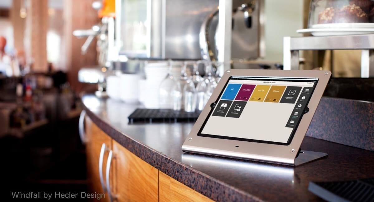 IPad affichant le logiciel l'addition fixée sur un comptoir