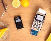 À gauche le Pocket Smile, à droite le Maxi Smile, les deux terminaux de Smile&Pay