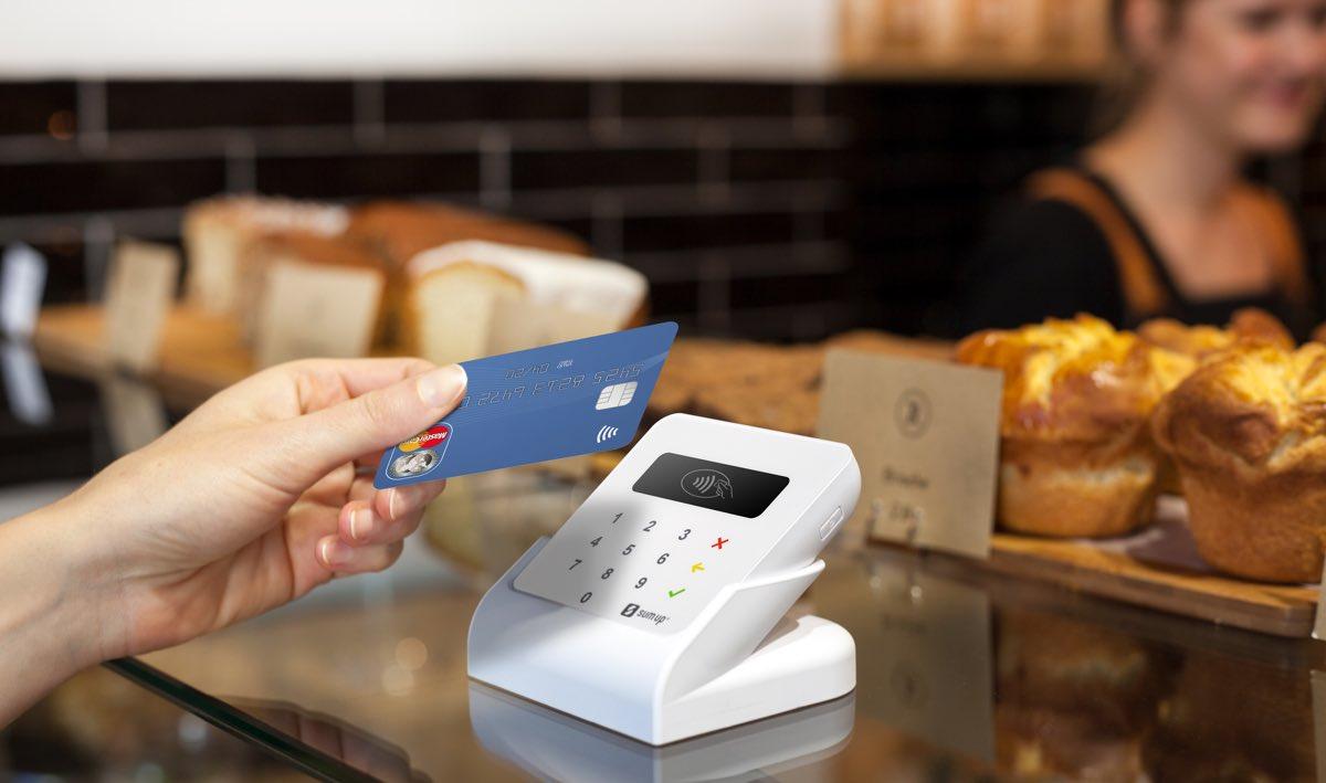Cliente insérant sa carte bancaire dans le terminal de SumUp