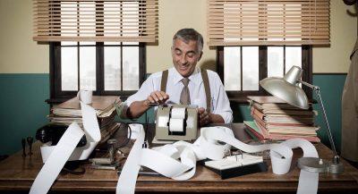 Homme utilisant une caisse enregistreuse