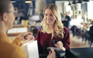 Cliente présentant une carte de crédit dans un commerce