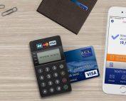 Lecteur Monem Mobile de LCL avec une carte insérée et un smartphone