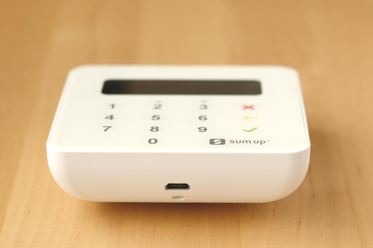 Lecteur SumUp Air vu depuis la tranche inférieure, avec la prise micro USB