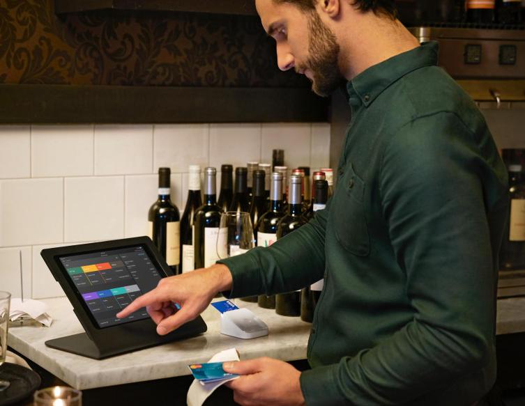 Un serveur utilise la caisse Square dans un restaurant