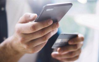 Paiement avec une carte bancaire et un smartphone