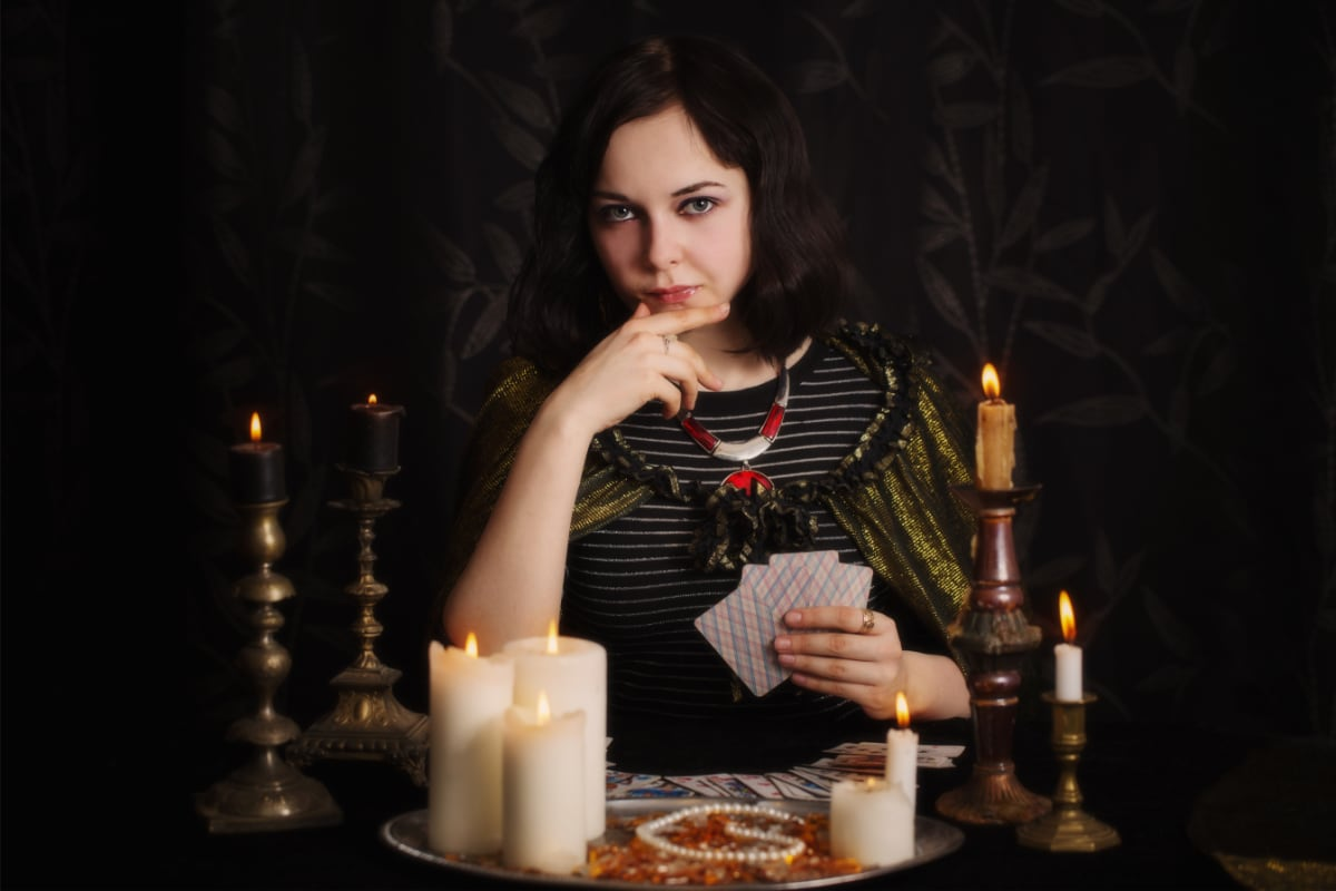 Voyante tenant des cartes en main