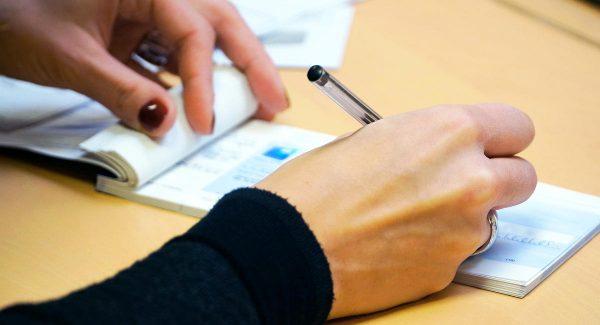 Femme rédigeant un chèque