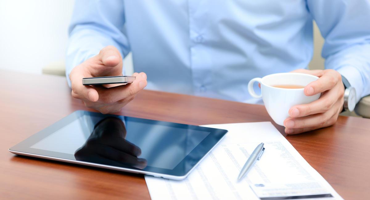 Consultation d'une néo-banque sur un smartphone