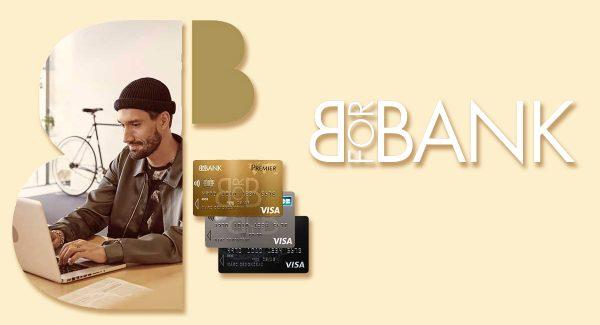 Client de BforBank sur son ordinateur portable et cartes bancaires BforBank
