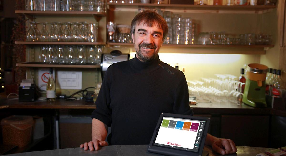 L'additio en situation au restaurants Les Cuivres à Paris