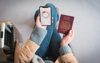 Voyageuse consultant son compte N26