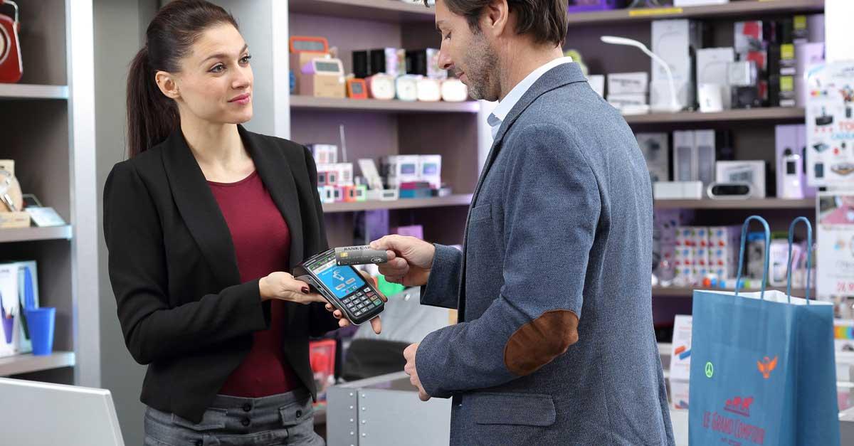 Homme payant dans un magasin en mode sans contact avec le Move 5000