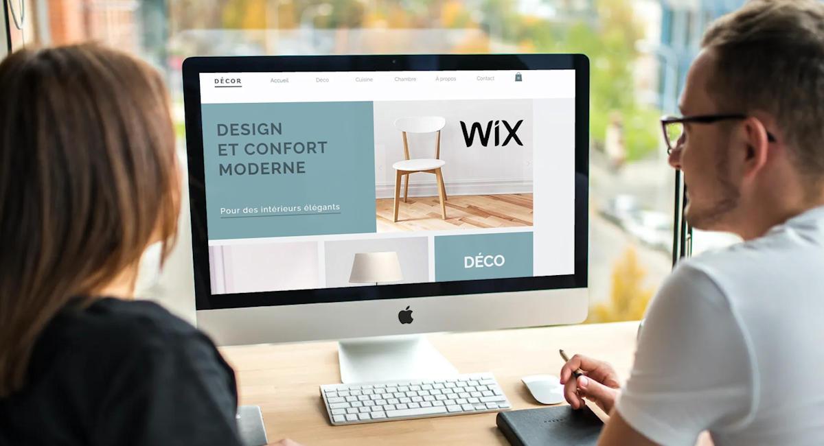 Femme et homme créant un site avec Wix