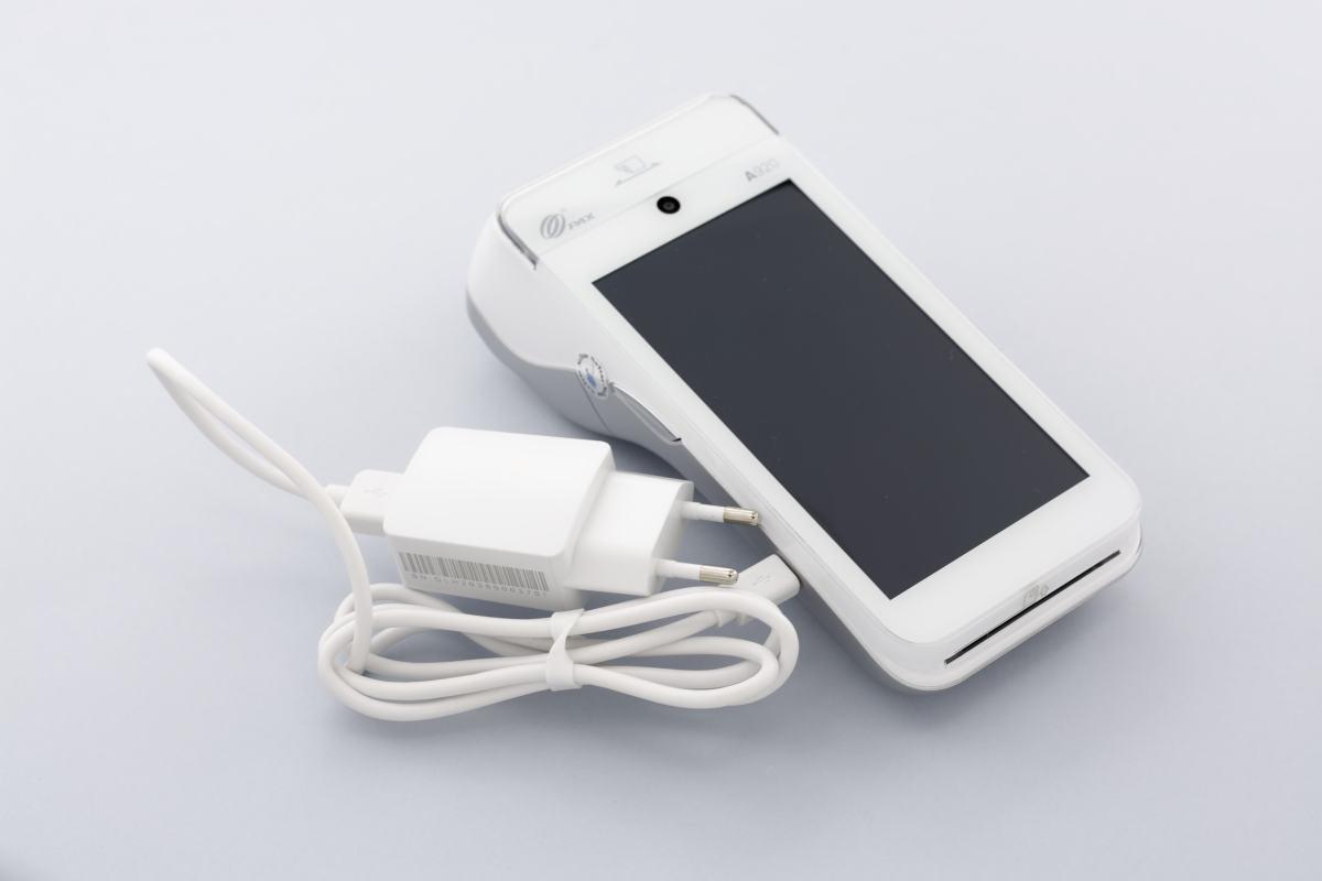 PAX A920 : branchement câble micro USB